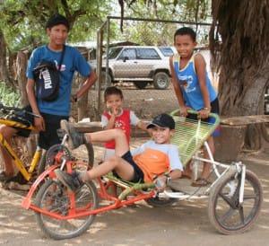 Costa-Rica-Le-pays-le-plus-heureux-du-monde-enfants-bicyclette-faite-maison