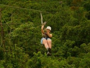 Le-Costa-Rica-meilleure-destination-pour-voyager-seul-tyrolienne-arenal