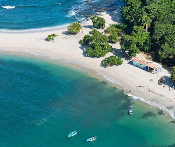 Destination balnéaire la plage de San Juanillo sur la côte pacifique vue du ciel