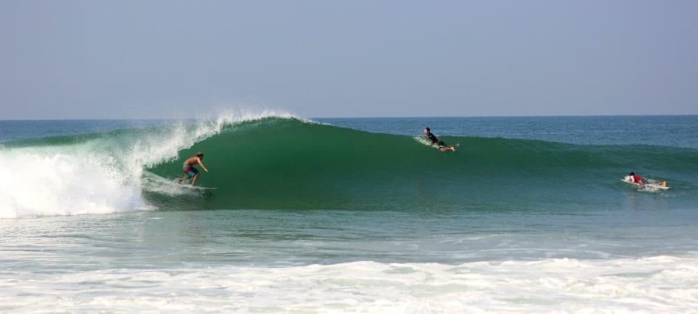 Surfaur dans une vague au Costa rica