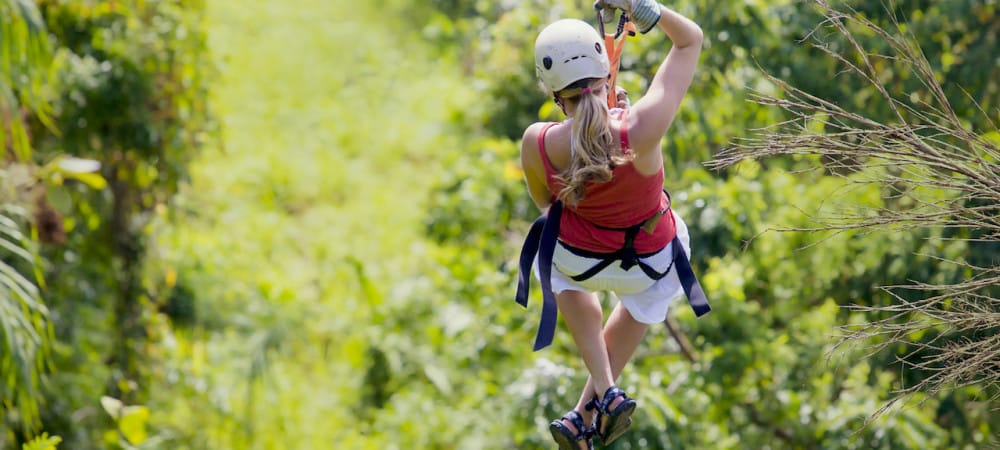 Jeune fille vue de dos en tyrolienne au Costa Rica