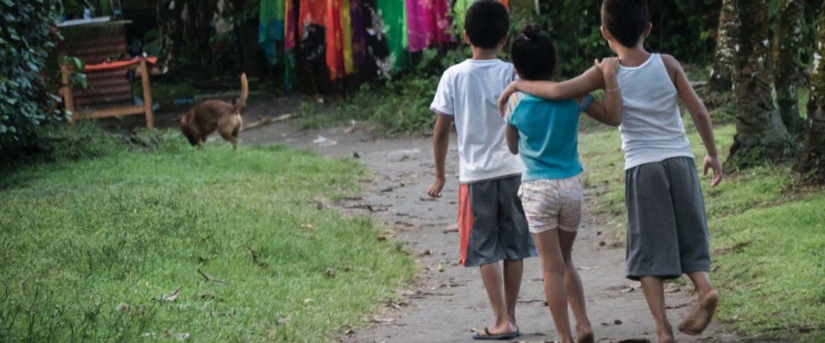 Enfants costariciens pieds nus