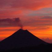 volcan arenal au coucher du soleil