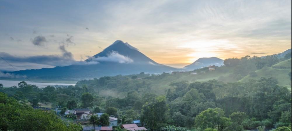 Vue nuageuse sur le volcan Arenal