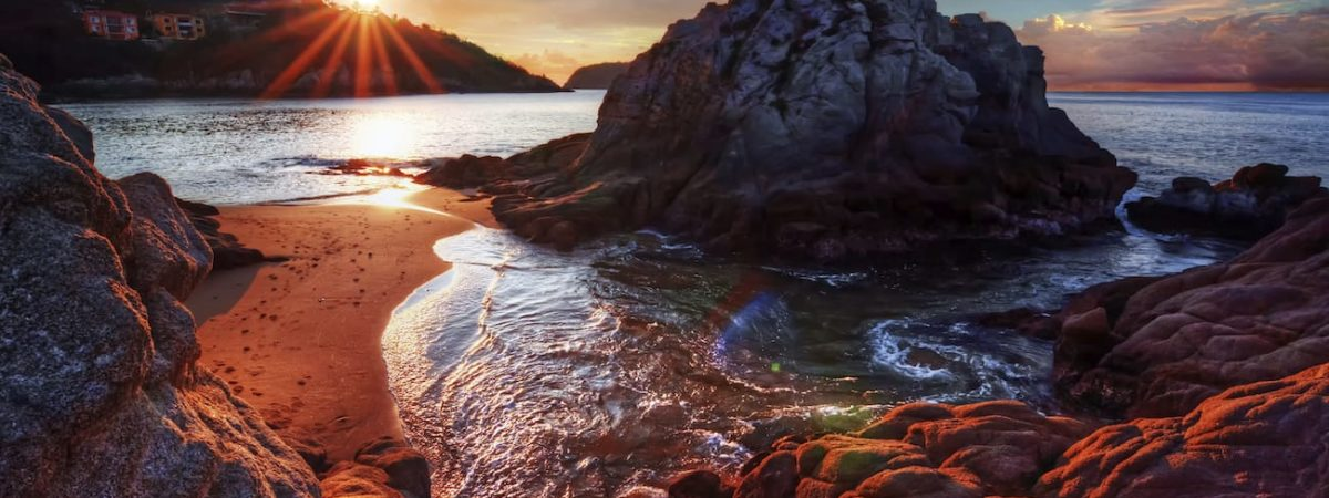 Coucher de soleil plage rocher au Costa Rica