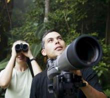 Un guide et sa lunette pendant votre circuit au Costa Rica