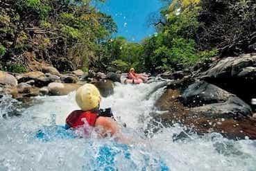 Le tubing est l'activité et le sport préféré des ados aux Costa Rica