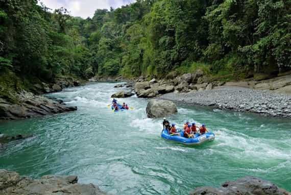 Parmi les sports et les activités à pratique au Costa Rica vient en premier le rafting