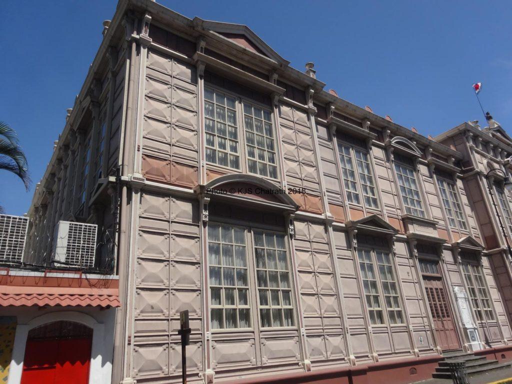 heavy-metal-façade-ecole-costa-rica-decouverte